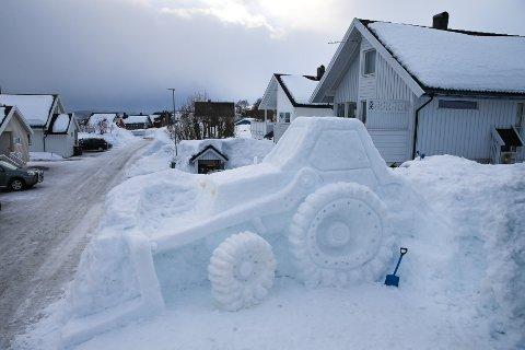 TIL SALGS: Til våren tenker kunstneren å legge traktoren ut for salg. Du kan studere den i Blåklokkeveien på Kvaløya før du slår til.