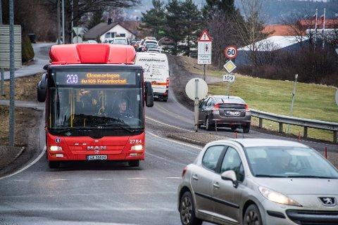 REDUSERER: Her på Rolvsøyveien vil bussene gå hvert kvarter store deler av hverdagene i sommer, mens andre busslinjer bare kommer til å gå annenhver time – også i rushtiden.