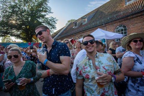 Mange koste seg med en øl under fjorårets Månefestivalen. Her får du oversikt over hvor mange liter de forskjellige festivalene og utestedene solgte i 2019.