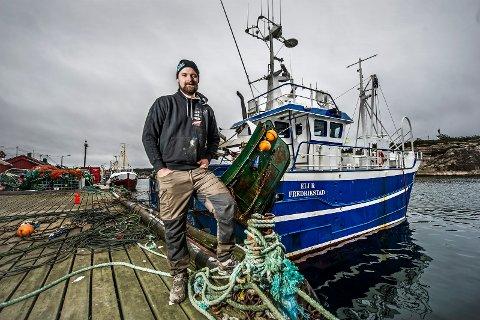 Christoffer Svennes er  ikke en del av striden, men han er en av fiskerne i Utårdskilen som satser tøft på ny og moderne båt.   Dette innebærer at det blir trangt om plassen.  Borg havn  har planer om å bygge ut flere kaiplasser, men det er problemer med en nabogrunneier som  klager på forskjellsbehandling.