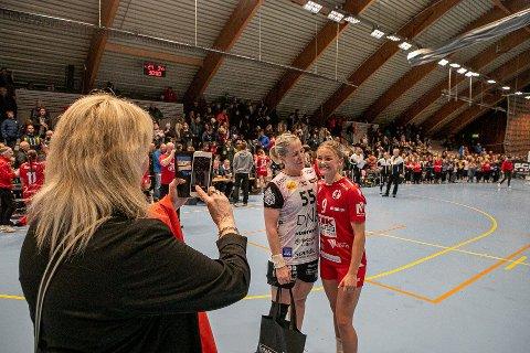 GJENFORENINGEN: Her foreviger Mette Mariussen (til venstre) Ida Marie Syversen Kallhovd og Heidi Løke etter kampslutt mellom FBK og Vipers onsdag.