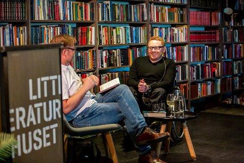 Jan-Erik Fjell, her i samtale med forfatter Jørn Lier Horst på Litteraturhuset i Fredrikstad i august.