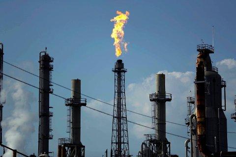 BLIR IKKE ENIGE: OPEC-landene blir ikke enige om produksjonskutt, og kronen stuper til nye bunnivåer. Foto: Gregory Bull (AP)
