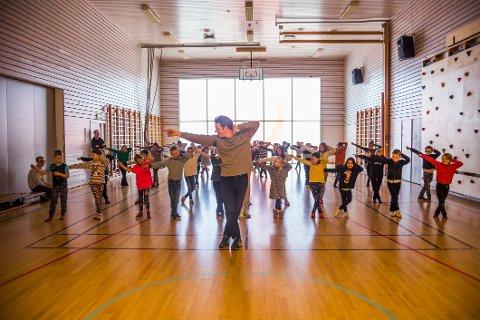 DANSEMOVES: Elevene ved Rød skole i Onsøy fikk skjerpet ferdighetene i regi av imitatoren Kent Olaf Steinhaug. Michael Jacksons verdenskjente dansetrinn sitter støpt før showet på fredag 13. mars.