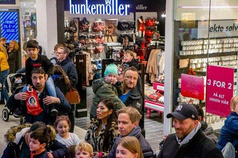 Når blir det ny bylørdag? Avstandene mellom kundene blir nok større enn under bylørdagen i november i fjor, da dette bildet ble tatt. Forhåpentlig kan Fredrikstad snart gjenåpnes. (Arkivfoto: Harry Johansson)