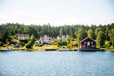 Hvaler kommune har fått veldig mange henvendelser om hvordan regelverket skal forstås. Dette illustrasjonsbildet er fra en av flere perler i Gravningsund, mellom Nordre Sandøy og Søndre Sandøy.
