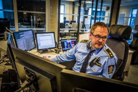 FØLG RÅDENE: Operasjonsleder Tom Sandberg i Øst politidistrikt, oppfordrer alle til å følge helsemyndighetenes råd. Her avbildet på operasjonssentralen på Grålum før overgangen til den nye operasjonssentralen i Ski.