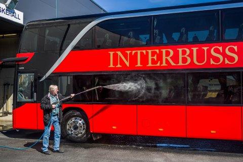 I tiden etter at pandemien traff Norge, har Roger Weel hatt nok av tid til å stelle med bussene. Til slutt måtte ledelsen i selskapet innse at slaget var tapt for denne gang.