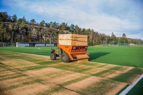 Gresvik IF er en av klubbene som har fått lagt kunstgressbane med sandinnfyll. I fjor høst ble det fylt på med knust olivensten for at banen skulle bli mindre glatt.