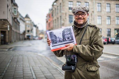 FØR OG NÅ: Peter Lukas har vært i Fredrikstad med en bunke gamle bilder. De skal han vise frem i en egen bok til høsten, da parret med dagens motiver. Et av motivene hentet han i Storgaten 23, bygget i 1909.