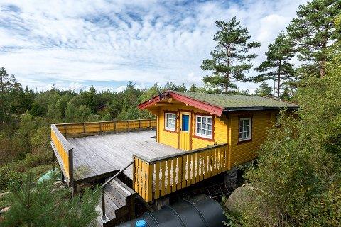 God uteplass: En stor veranda går rundt store deler av hytta ved Oksrødkilen. Det er cirka ti minutters gåtur til sjøen.