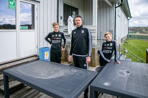 KIOSK: Andreas Sporild Olsen og hans to sønner, Birger (13, t. v.) og Jens (10), viser frem bordene som hittils har tjent som klubbens kiosk.