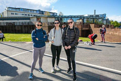 HAPPY: Alida Nordbø Espeland (23),  Zilan Bjørndal (20) og  Kristine Marie Sæves (23) gledet seg til å komme igang med timer igjen sammen med flere titalls andre mandag kveld.