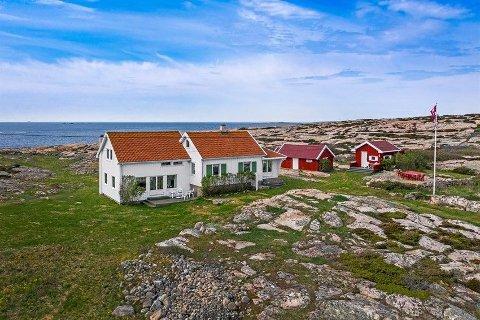 Denne hytteeiendommen ytterst på Vikertangen på Hvaler er til salgs nok en gang.