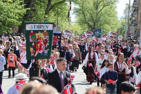 FESTDAG: Det blir 17. mai-feiring i Fredrikstad, men den store folkefesten i sentrum uteblir. Her fra fjorårets feiring.