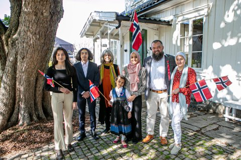 Storfamilien Aminah (15), Ali (17), Nadia (73), Anisa (7), Fairuz (37), Tariq (50) og Aishah (13) gleder seg til 17. mai.