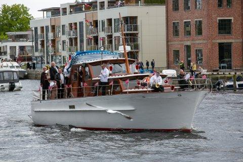 – Å feire nasjonaldagen på sjøen er ikke feil, sier arrangør Alexander De Brucq og ler.