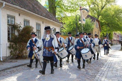 Kong Fredik IVs Tambourafdeling af 1704 er en populær attraksjon i 17. mai-toget, men i år måtte de gå for relativt folketomme gater i Gamlebyen.