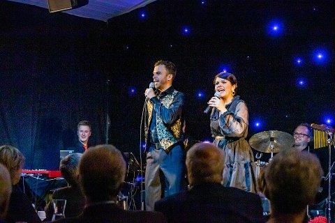 Morten og Renate Gjerløw Larsen skal spille sanger av Evert Taube for både lunsj- og middagsgjester i Solbukta de neste ukene. Her fra «Jul i Bukta» i november i fjor.