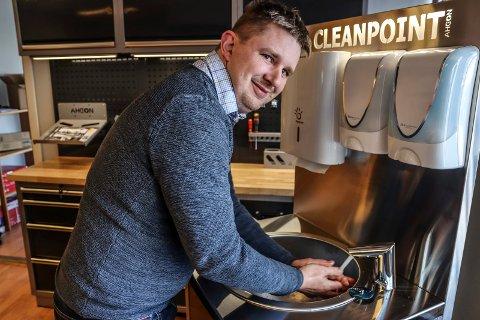 NYE VEIER: Vidar Huke Holmstrøm i Flex1One selger vanligvis verkstedutstyr, men nå skal han omsette hygienestasjoner.