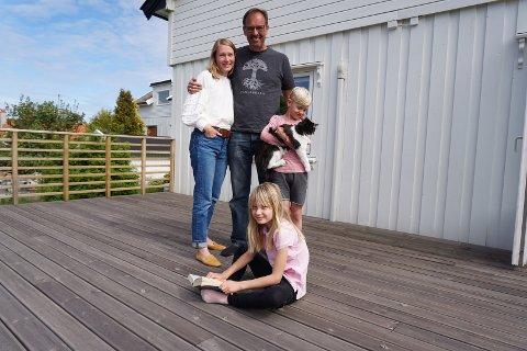 ENDELIG FRAMME: Mai (44), Knut Sverre (50), Kai Gustaf (7), Emma Karin (9) og katten Max har endelig kommet frem til sitt nye hjem på Kråkerøy.