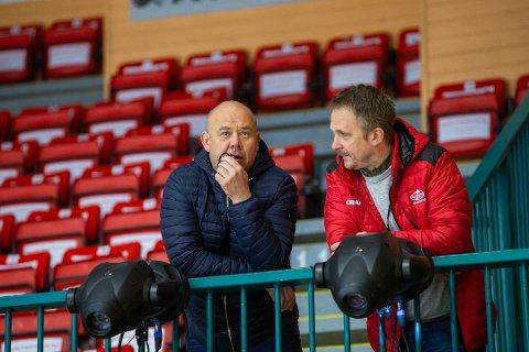 FORNØYD: Anders Åsle (til venstre) er glad for at det tikker inn penger på klubbens konto gjennom Lottertilsynets krisepakke. Her i samtaler med Marius Finsrud.