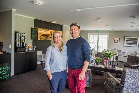 SATSER: Jon Bossum og hans bedre halvdel Viktoria Rejneborg kan nå tilby golfentusiaster et godt måltid på Hvaler etter en runde golf på den idylliske banen.