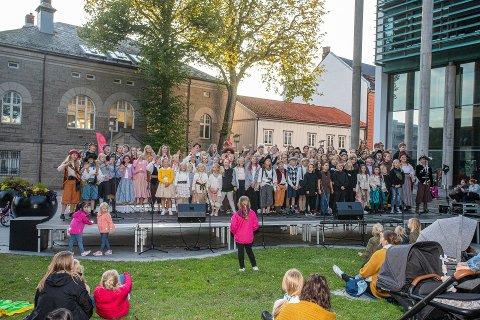 FÅR MIDLER: Sceneteppe Ung Kultur var godt representert ved flere barne- og ungdomsteater da de sto på scenen utenfor rådhuset under fjorårets Kulturnatt.