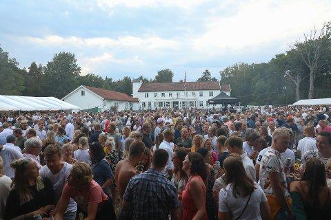 FULLT: Slik så det ut da Postgirobygget gjestet Hvaler Gjestgiveri i fjor sommer. Denne sommeren blir det ingen konserter med like mye mennesker på Plenen.