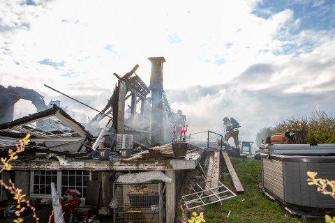 IKKE MYE IGJEN: Det var ikke mye igjen av boligen som brant i Skjærviken natt til mandag.