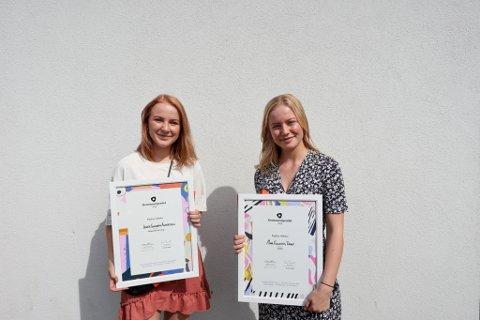 Jenny Gladheim Andersson (18) og Mina Fuglesteg Dale (17) fikk sin egen lille seremoni utenfor Kulturhuset i Fredrikstad, der de mottok Drømmestipendet.