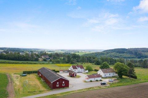 Flere bygninger: Stensrød gårdstun er navnet som brukes i salgsannonsen. Eiendommen er på litt over seks mål og ligger rett ved Karlshus sentrum.