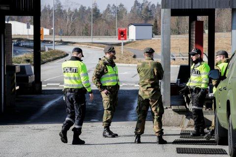Heimevernet og politimannskaper fotografert da de sammen voktet grensen mellom Norge og Sverige på Svinesund. Mandag er både Heimevernet og Hæren på plass i forbindelse med at koronatesting av innreisende heretter skal skje på grensen.