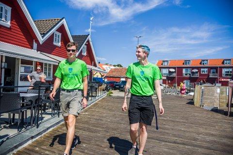 Nytt vertskap: Herman Grytnes og Sondre Lyngmo (til høyre) er ansatt av Hvaler kommune for å passe på at folk følger koronareglene i sommer.