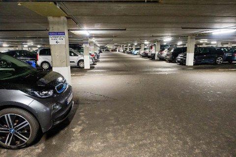 MINDRE PLASS: Stadion P-hus er i ferd med å fylles, blant annet av flere og flere elbiler som ikke betaler noe. Fra 1. juli må de betale på lik linje med fossile biler utenom gratis-periodene..