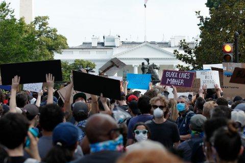 Demonstrasjonene fortsatte utenfor Det hvite hus natt til onsdag.