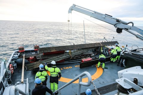 FIKK IKKE OPP ALT: Kystvakstskipet Nornen fikk ikke med seg alt av vrakgodset. Her er lastes utstikkere opp på akterdekk.