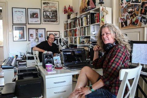 TROSSER KORONA: Stig Westeraas Nilsson og Jorunn Westeraas produserer låter på løpende bånd fra sitt hjemmestudio under koronakrisen.