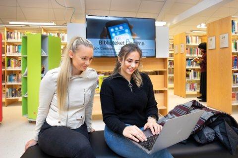 Høyskolestudentene kan igjen bruke bibliotek, lesesaler, kantiner og andre tilbud på campus. Først i uke 10 kan det bli aktuelt med noe fysisk undervisning på skolen. Illustrasjonsbildet er fra et tidligere besøk på biblioteket på campus i Fredrikstad.