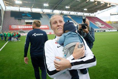 Isabell Herlovsen har bestemt seg for at nok er nok etter 16 år som fotballspiller på seniornivå. Her med sønnen Henrik i armene etter VM-kvalifiseringskampen mot Nederland i 2019, som Norge vant 2-1 etter scoring av Isabell.