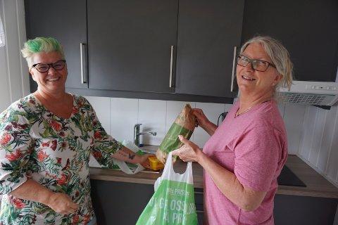 LEIER FERIEHYTTE: Aud Gystad og Marit Nielsen er klar for en ukes ferie på Solviken i Engelsviken. Feriehjemmet har helt fulle bookinglister i sommer.