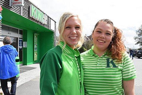 MANGE KUNDER: Assisterende butikksjef Susanne Pettersen (t.v.) på Kiwi Skjærhalden merker at trykket i butikken har tatt seg opp. Her med butikkmedarbeider Veronika Storrød.