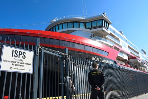 Tromsø 20200731.  Fire utenlandske besetningsmedlemmer fra Hurtigruten-skipet Roald Amundsen er innlagt på sykehus i Tromsø med påvist koronasmitte. Her ligger skipet til kai i Tromsø..