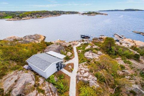SOLGT: Denne strandeiendommen på Skjæløy ble lagt ut for salg i oktober i fjor med en prislapp på 30 millioner kroner. Eiendommen består av to hytter og blant annet et badehus. Nå er den solgt.