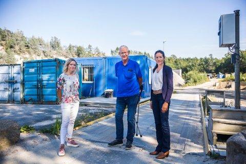 VIL BEROLIGE: Daglig leder Randi Kortegaard i Norsk Gjenvinning M3 (til venstre) har ansvaret for selve driften av deponiet i Borge.  Her sammen med direktør for kommunikasjon Ingrid Bjørdal og Jon Andresen, som er daglig leder i selskapet som eier selve pukkverket.