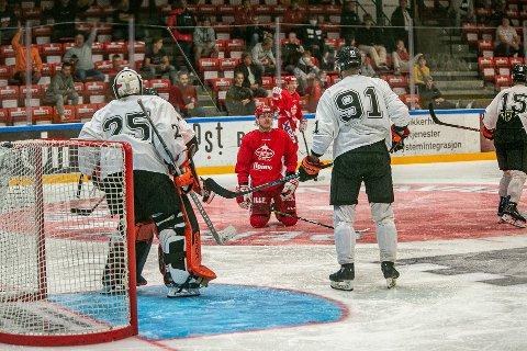 I KNESTÅENDE: Andreas Heier hadde ingen lystig aften i Stjernehallen torsdag kveld.