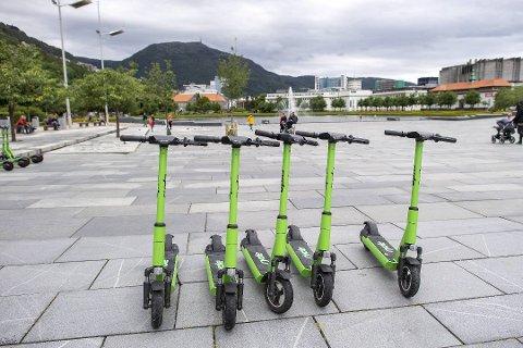 Et selskap som leier ut elsparkesykler leter etter en sjef for satsingen i Fredrikstad. Bildet er fra Bergen, hvor elsparkesyklene har vært svært omstridte.