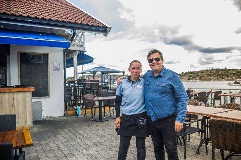 Eier Jan Johansen og restaurantsjef Hege Bråten forteller om gode omsetningstall for Sand Bar og Restaurant i sommer.