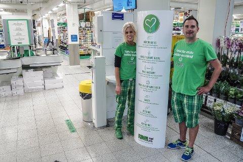 Butikksjef Ole Lindekleiv og  assisterende butikksjef Susanne Pettersen.  Kiwi på Skjærhalden har fått mye ros for sin håndtering av pandemien.