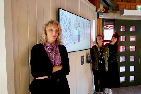 Direktør for Finsk-norsk kulturinstitutt, Pauliina Gauffin, var til stede under åpningen av kunstverket. Her sammen med kollegaene Ida Laude og Elina Vainio.
